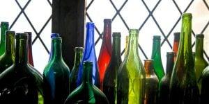 Farvede vinflasker